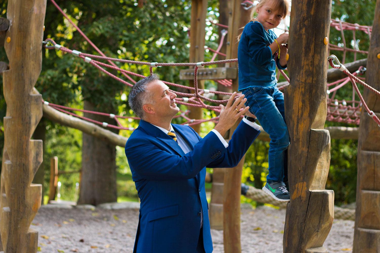 Steffen Wernard Bürgermeister der Stadt Usingen im Interview über den neuen Abenteuer-Spielplatz im Schlossgarten.