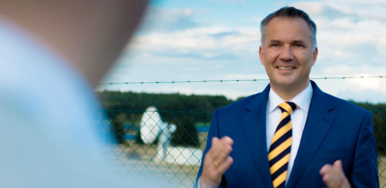 Bürgermeister der Stadt Usingen Steffen Wernard stellt den neuen Solarpark der Stadt Usingen vor