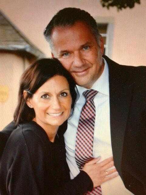 Usingen wählt Steffen Wernard. Steffen Wernard Bürgermeister Stadt Usingen. Foto mit Ehefrau an seiner Seite.